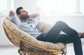 Homme fauteuil assis confort zen